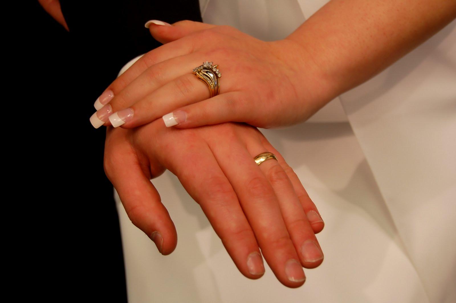 фото на руках обручальные кольца