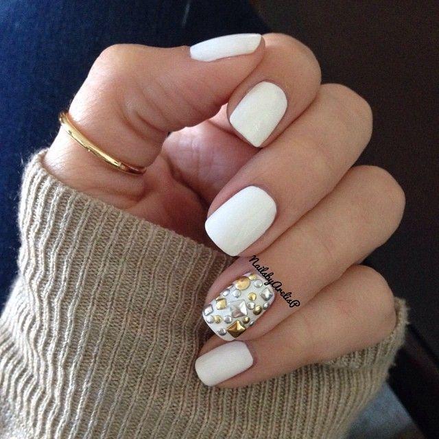 Белый маникюр со стразами на короткие ногти