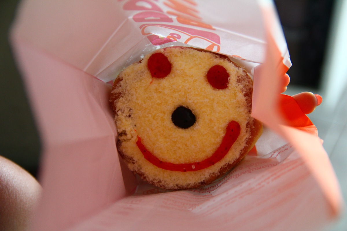 Emoticon Smiley Eating Donuts